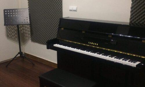 پیانو آکوستیک یاماها مشکی بسیار تمیز در حد آکبند